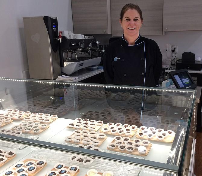 Kim Gustafson, propietaria de Blüprint Chocolatiers en Old Town Alexandria en Alexandria, Virginia.