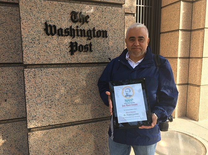 ORGULLO. El fotógrafo de El Tiempo Latino, José Luis Argueta, muestra la placa que ganó en 2016 con el Premio a la Excelencia en Foto Comunitaria otorgado por la Asociación Nacional de Publicaciones Hispanas.
