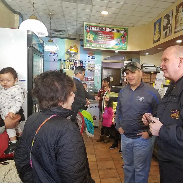 Brian Kyes, Chief de la Policía de Chelsea, conversando con vecinos