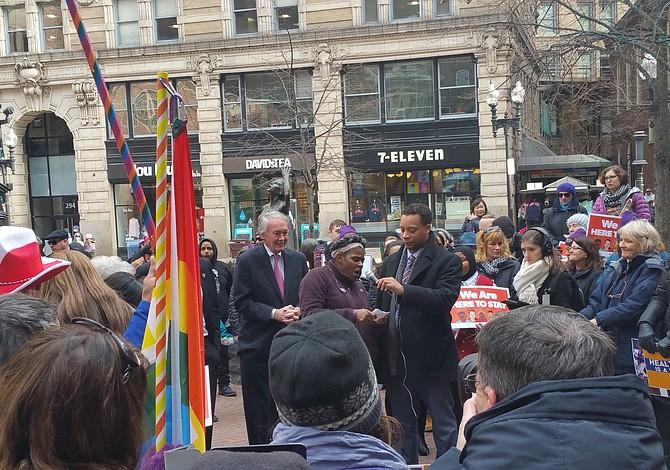 Congresistas Kennedy y Markey lideraron una protesta en Downtown Boston