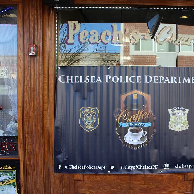 Banner de la convocatoria al evento en la puerta de la pastelería Peaches and Cream