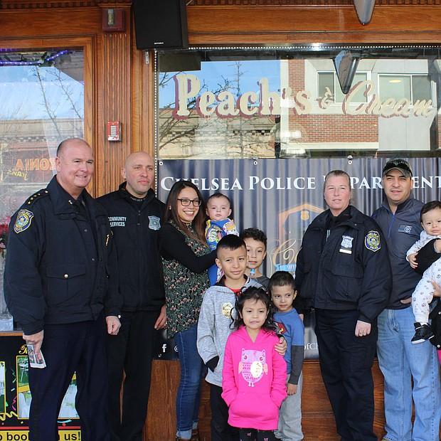 Foto grupal de los asistentes al Café con la Policía de Chelsea, en la entrada de Peaches and Cream
