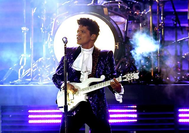 Bruno Mars en la 59 entrega de los Grammy's.