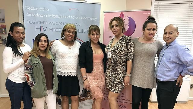 APOYO. Grupo de transgéneros en Nova Salud, Inc., tras finalizar una actividad grupal programada por la organización.