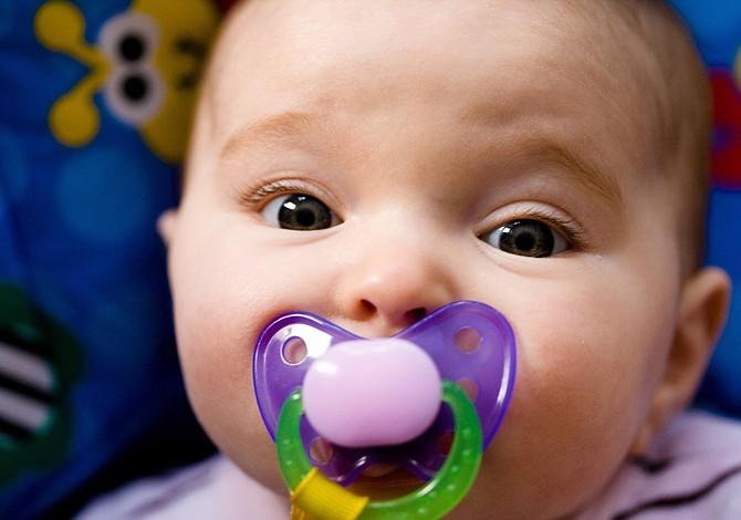 Ofrecer el chupón a un bebé  tiene sus riesgos