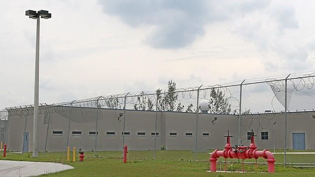 El centro de detención de Inmigración en Krome, en el condado de Miami Dade (Florida), aloja a inmigrantes indocumentados. Recientemente, el Departamento de Justicia ordenó a la Oficina de Prisiones usar cárceles privadas, un drástico cambio con relación a la política implementada administración Obama.