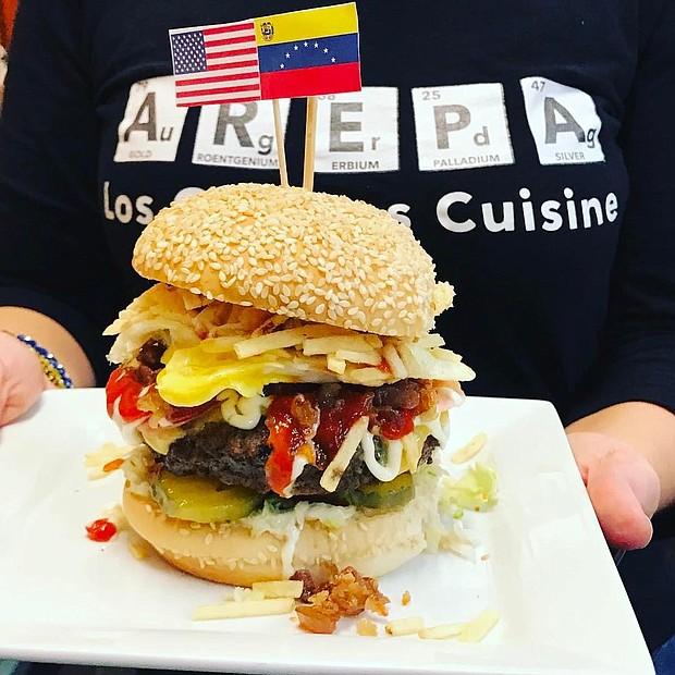 """Hamburguesa """"con todo"""" al estilo venezolano"""