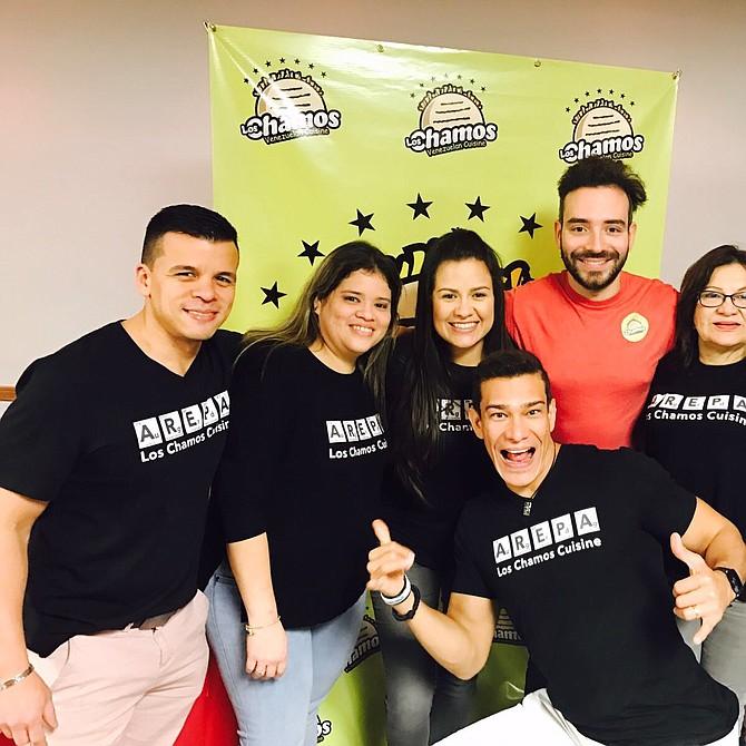 El equipo de Los Chamos (izq. a der.): Freddy Cuevas, Vianett Chirinos, Ohdra Cuevas, Raul Cuevas, Doris Rendon, Gabby Rendon y en el medio Manu Rendon.