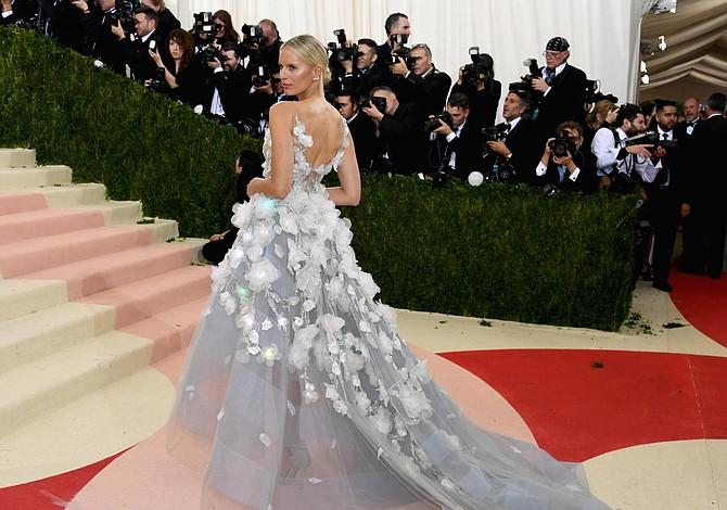 Un vestido inteligente que lee y refleja las emociones