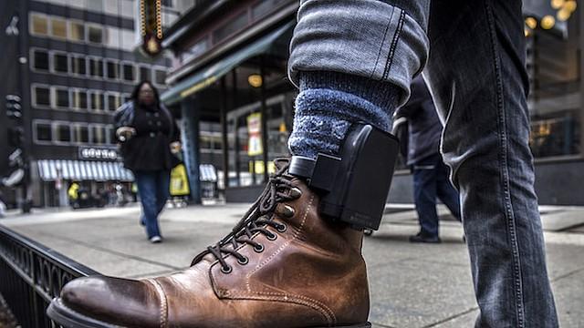 Gerardo, un cliente de Libre, muestra su dispositivo de rastreo GPS en la calle fuera de la oficina de su abogado, el 17 de febrero de 2017 en Washington, DC.