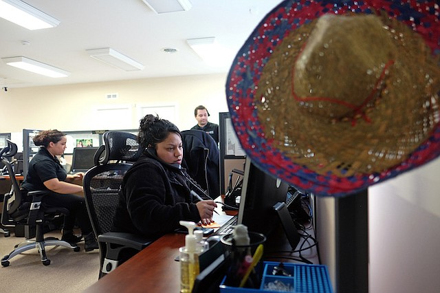 Cindy Hernández trabaja en el centro de llamadas de Libre by Nexus en Verona, Virginia.