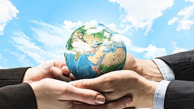 Menos uso de energía significa menos dependencia de los combustibles fósiles que crean gases de efecto invernadero y contribuyen al calentamiento global.