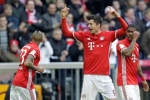 Lewandowski y Aubameyang luchan por el liderato goleador en Alemania
