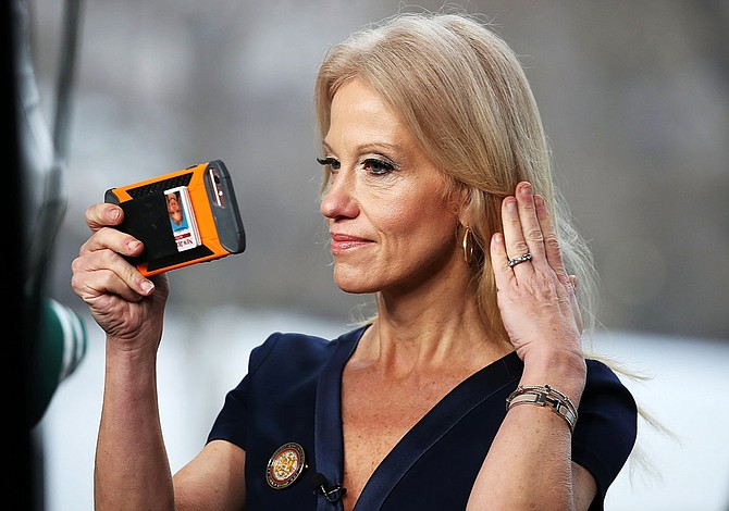 Reculó asesora de Trump que sugirió haber sido espiada con microondas