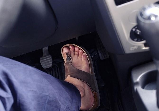 ¿Es seguro conducir con los pies descalzos?