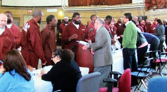 Momento en el que se acercan a la mesa para conversar uno a uno con las organizaciones.