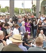 Voluntarios de la Iglesia Timothy rezaron a la memoria de Kennedy y demandaron justicia.Foto-Cortesía: CNN San Diego 7 News/Escondido Police Department.
