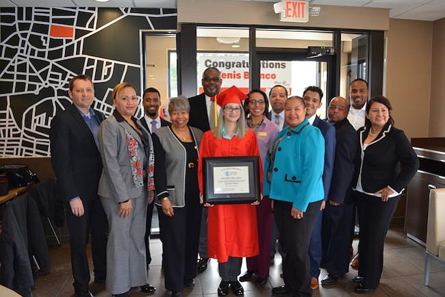 El empleado de McDonald's en el condado del Prince George's recibe su diploma de la escuela secundaria a través del programa Archways to Opportunity