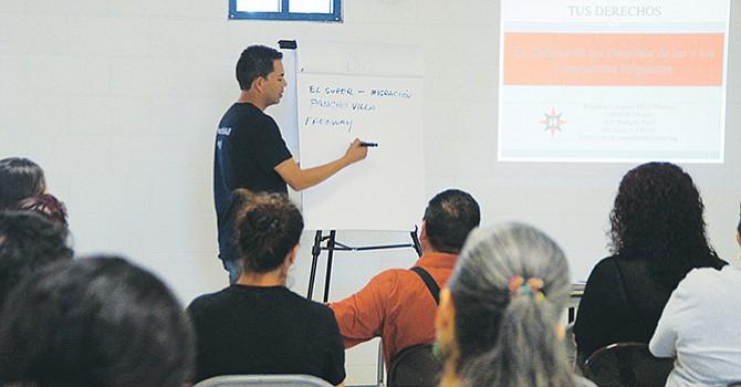 Pedro Ríos del Comité de Servicios Amigos Americanos expone en reunión con una treintena de madres de familia sobre las condiciones de la migración en San Diego. Foto de Manuel Ocaño.