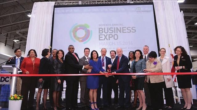 LÍDERES. Ángela Franco (centro) corta la cinta de inauguración de la Business Expo de 2016