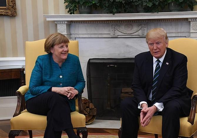 Trump ignora a Merkel cuando le pide un apretón de manos