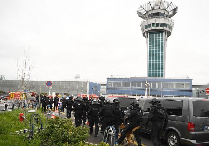 Un centenar de vuelos anulados tras tiroteo en Orly