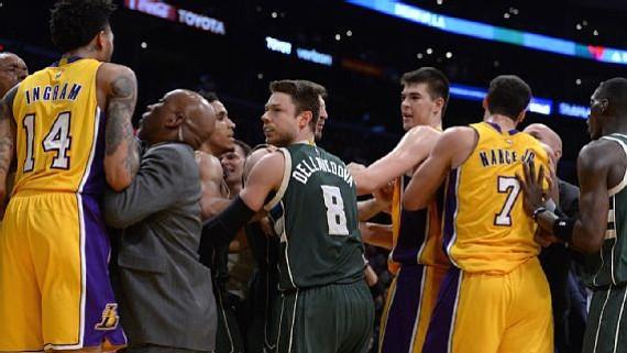 NBA multa a tres jugadores por pelea entre los Lakers y Bucks