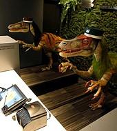 Dos diosaurios autómatas son los recepcionistas del hotel