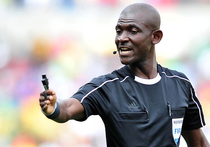 FIFA inhabilitó de por vida a árbitro que influyó en resultado partido