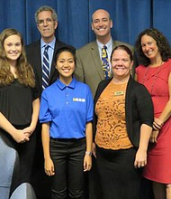 Miembros de la junta directiva de San Diego Unified School District con miembros de la comunidad escolar de Mission Union High School. Foto-Cortesía: SDUSD.