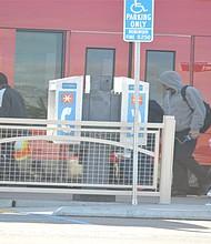 Pasajeros al arribo del Trolley a la Estación de la H Avenue, en Chula Vista. Foto-Archivo: Horacio Rentería/El Latino San Diego.