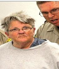 La abuela, custodiada por dos agentes en la Corte de Vista. Foto-Cortesía: Fox5 News, San Diego.