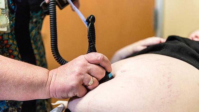 Vyn Wayne, enfermera de la Clínica Sierra Vista, en Bakersfield, California, revisa a una paciente el 2 de febrero.