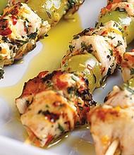 Pollo grillado Mediterráneo y brochetas de uvas