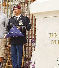 Soldad0s deportados e Tijuana se reúnen para conmemorar fechas importantes de Estados Unidos. Héctor Barajas de uniforme con la bandera. Foto de Manuel Ocaño.