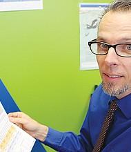 Peter Brownell, director de investigación de CPI muestra copia del reporte. Foto-Cortesía: Jessica Córdova.