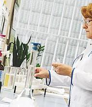 Una profesional en una de las salas del laboratorio antidopaje  en el Instituto de Deporte en Varsovia, Polonia. EFE/JACEK TURCZYK
