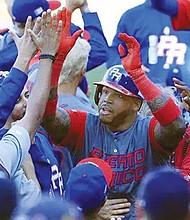 Kenny Vargas, es felicitado tras pegar jonrón contra Venezuela. Foto-Cortesía: Univisión.com
