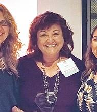 Por su calidad como instructora educativa, Magda Maldonado, al centro, recibió el premio de Teach For América (TFA). Foto-Cortesía.