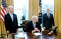 Donald Trump reacciona después de que los republicanos retiraron su proyecto de reforma sanitaria el viernes en la Oficina Oval de la Casa Blanca. Le acompañan el vicepresidente Mike Pence (Der.) y el Secretario de Salud y Servicios Humanos Tom Price (Izq.)