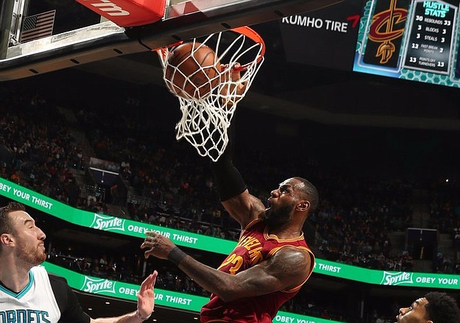 LeBron y Cavaliers rompen racha de tres triunfos de Hornets