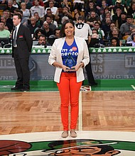 "Nurys Camargo recibió el domingo el premio ""Hero Among Us"" en el TD Garden de Boston."