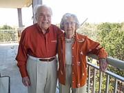 John y Charlotte Henderson, de 104 y 102 años, están juntos hace 77. Viven de manera independiente en un complejo para seniors en Austin Texas.