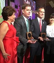 El Alcalde Walsh y el Alcalde Garcetti con sus premios