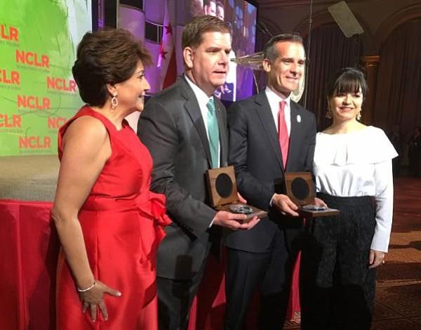 Alcalde Walsh recibió un reconocimiento en D.C. por su apoyo a los inmigrantes