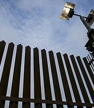 La cerca de la frontera en Hidalgo, Texas. El trabajo del muro fronterizo ha provocado reacciones tan apasionadas que sólo una pequeña fracción de las casi medio millón de constructoras de propiedad hispana del país están considerando participar.