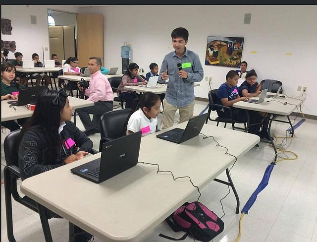Dante da un fuerte respaldo en su práctica de orientación y apoyo a los estudiantes. Foto-Cortesía.
