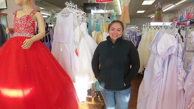 Lorena Benítez comenzó vendiendo accesorios y recuerdos para bodas en un mercado de pulgas en Woodbridge, Virginia.