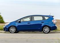 El Toyota Prius V propulsado por un motor de cuatro cilindros de 1,8 litros que se asocia con dos motores electricos.