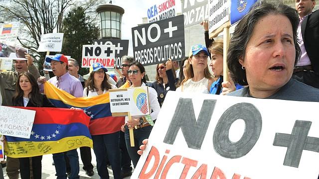 Venezolanos residentes en Washington, DC, protestaron el lunes 3 de abril frente a la OEA tras enterarse de que la sesión sobre Venezuela había sido cancelada por Bolivia. El Consejo Permanente de la OEA inició la sesión sobre Venezuela luego, esta vez presidida por Honduras.